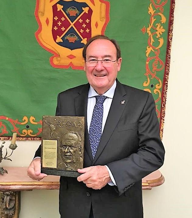 Pablo Pombo recibe el premio REGAR como reconocimiento a su trayectoria profesional